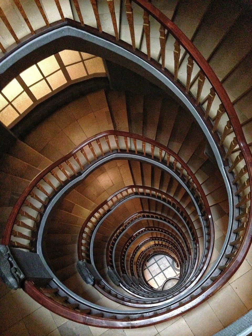 spiralne-schody-metafora-procesu-zdrowienia